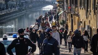 Covid, folla nelle zone della movida a Roma | A Milano scattano i blocchi sui Navigli