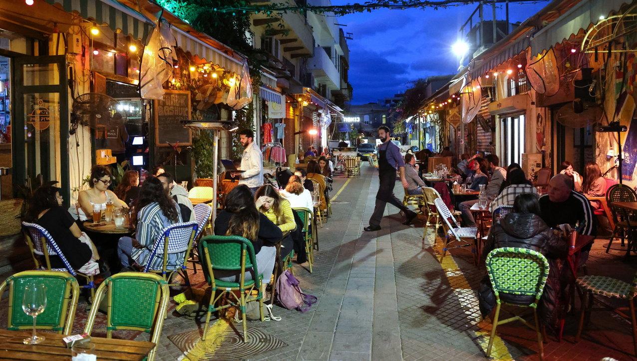 Covid, prove di    normalità in Israele: bar e ristoranti aperti grazie a vaccinazione
