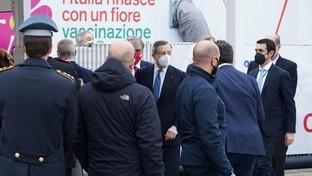 Mario Draghi visita il centro vaccinale a Fiumicino