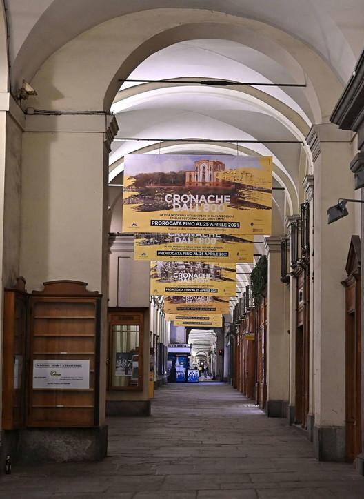 L'Italia del coprifuoco: tricolori luminosi e strade vuote dopo le 22