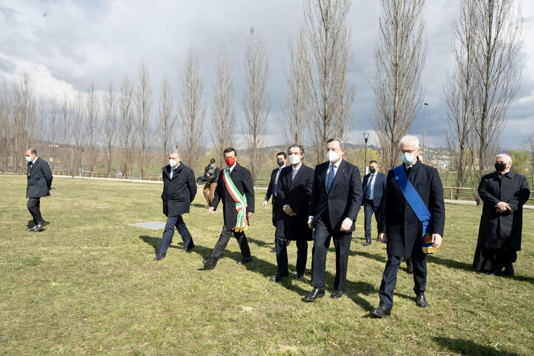 Draghi e Gori piantumano un albero nel Bosco della Memoria