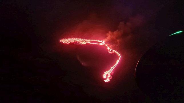 Islanda,Reykjavik illuminata dal vulcano sulmonte Fagradalsfjall