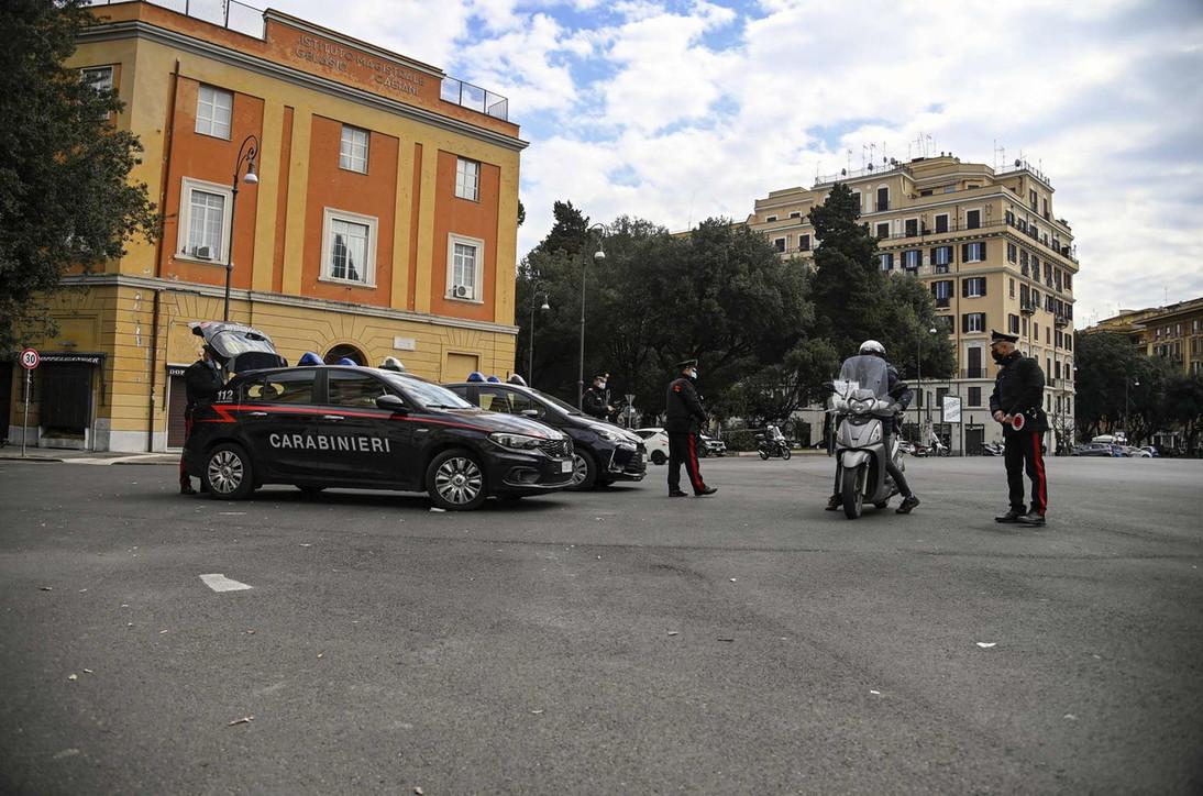 Negazionisti del Covid, in un bar cagliaritano in 100 senza mascherina: carabinieri aggrediti con motosega
