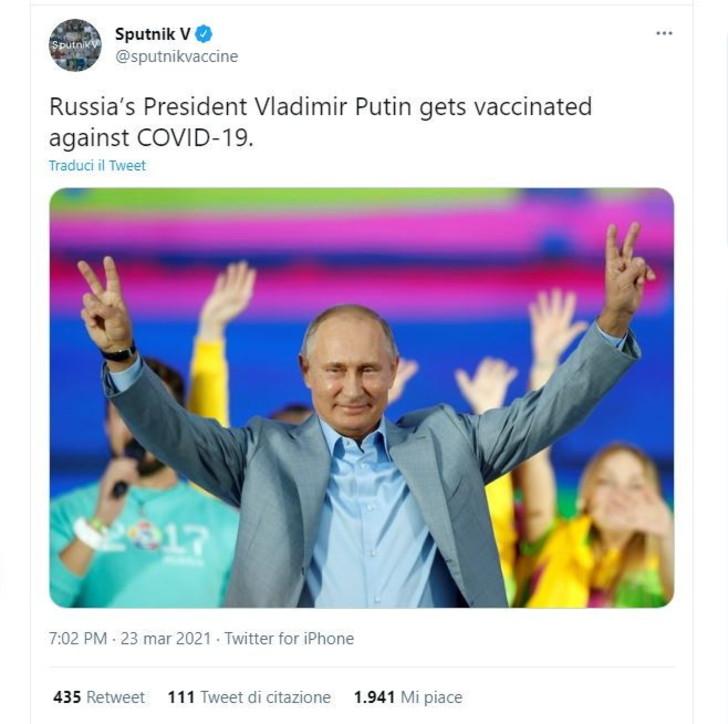Vladimir Putin si è vaccinato contro il Covid: l'annuncio sul profilo Twitter del vaccino Sputnik