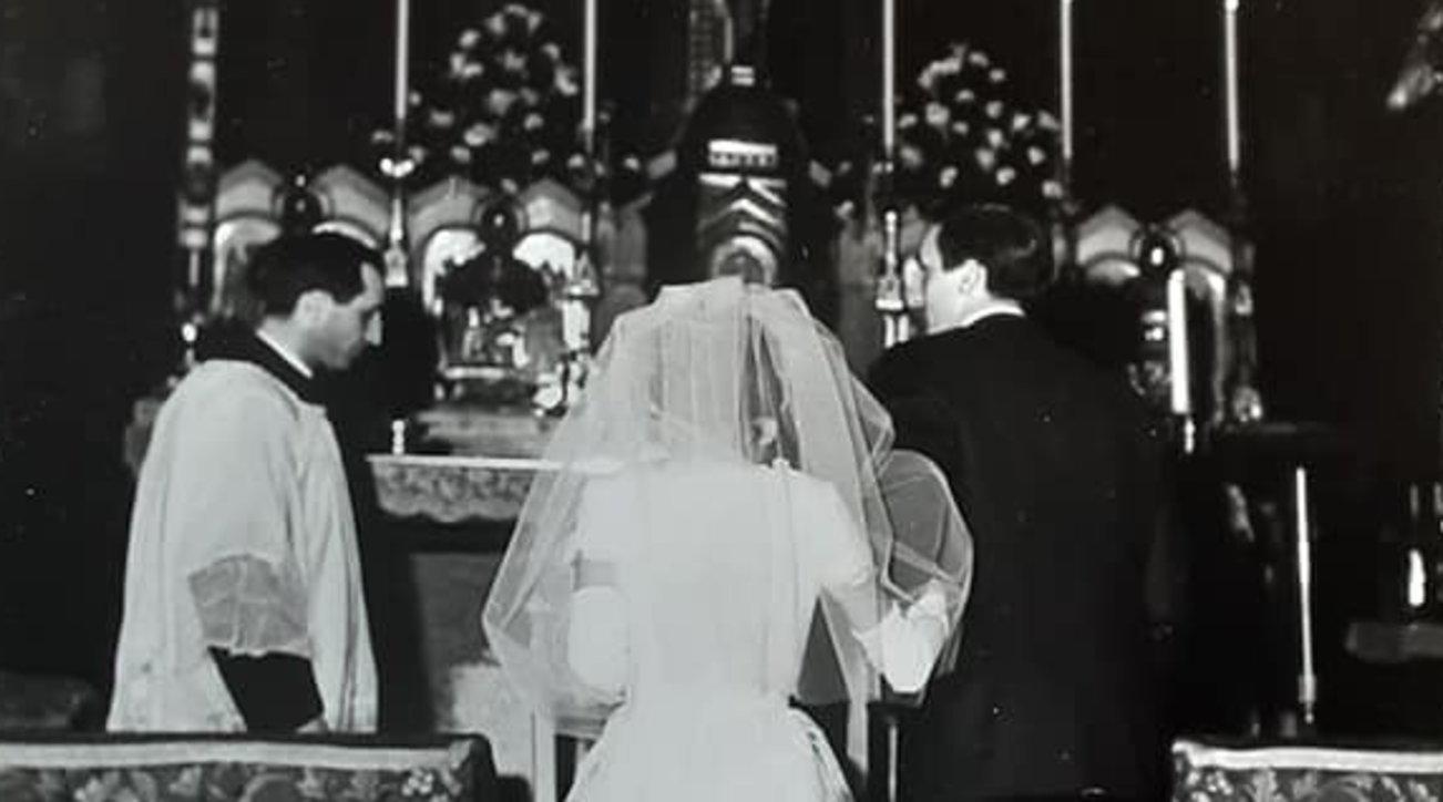 Milano, l'album di nozze dei nonni finisce nel bidone dei rifiuti: è caccia agli sposi su Facebook e... spunta il testimone