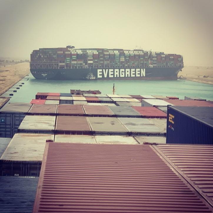 Egitto, enorme cargo arenato blocca il canale di Suez