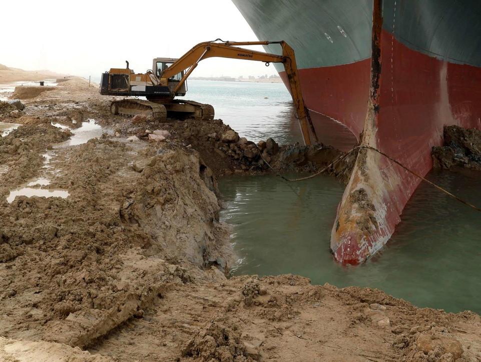 Cargo arenato nel Canale di Suez, l'Autorità: navigazione sospesa | Ogni giorno persi 9,6 miliardi di dollari
