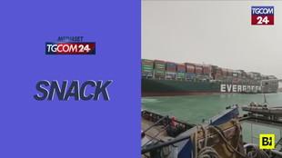 Canale di Suez, le operazioni per liberare la nave cargo incagliata