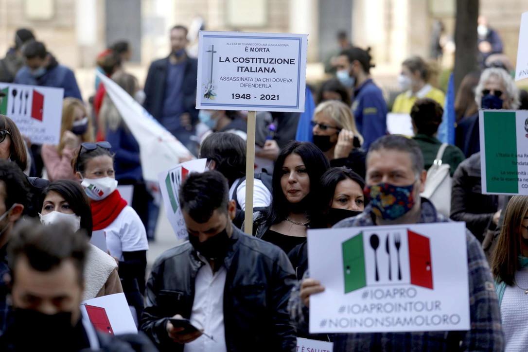 Covid, a Milano la protesta dei ristoratori per chiedere la riapertura