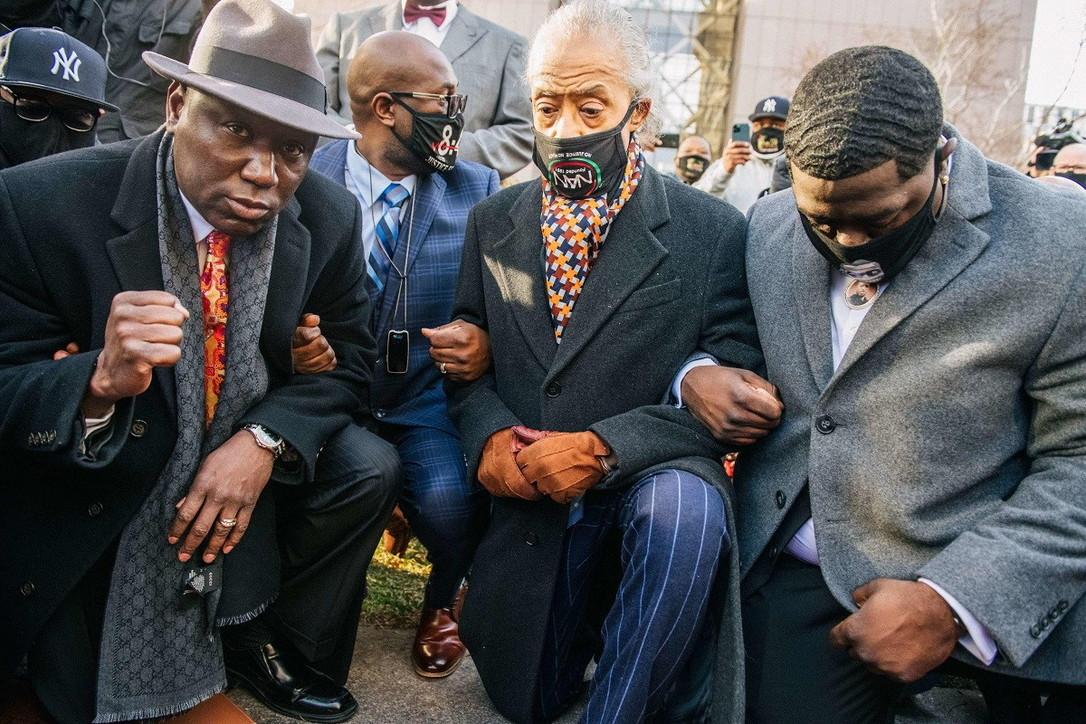 George Floyd, la famiglia in ginocchio davanti al Tribunale prima dell'udienza