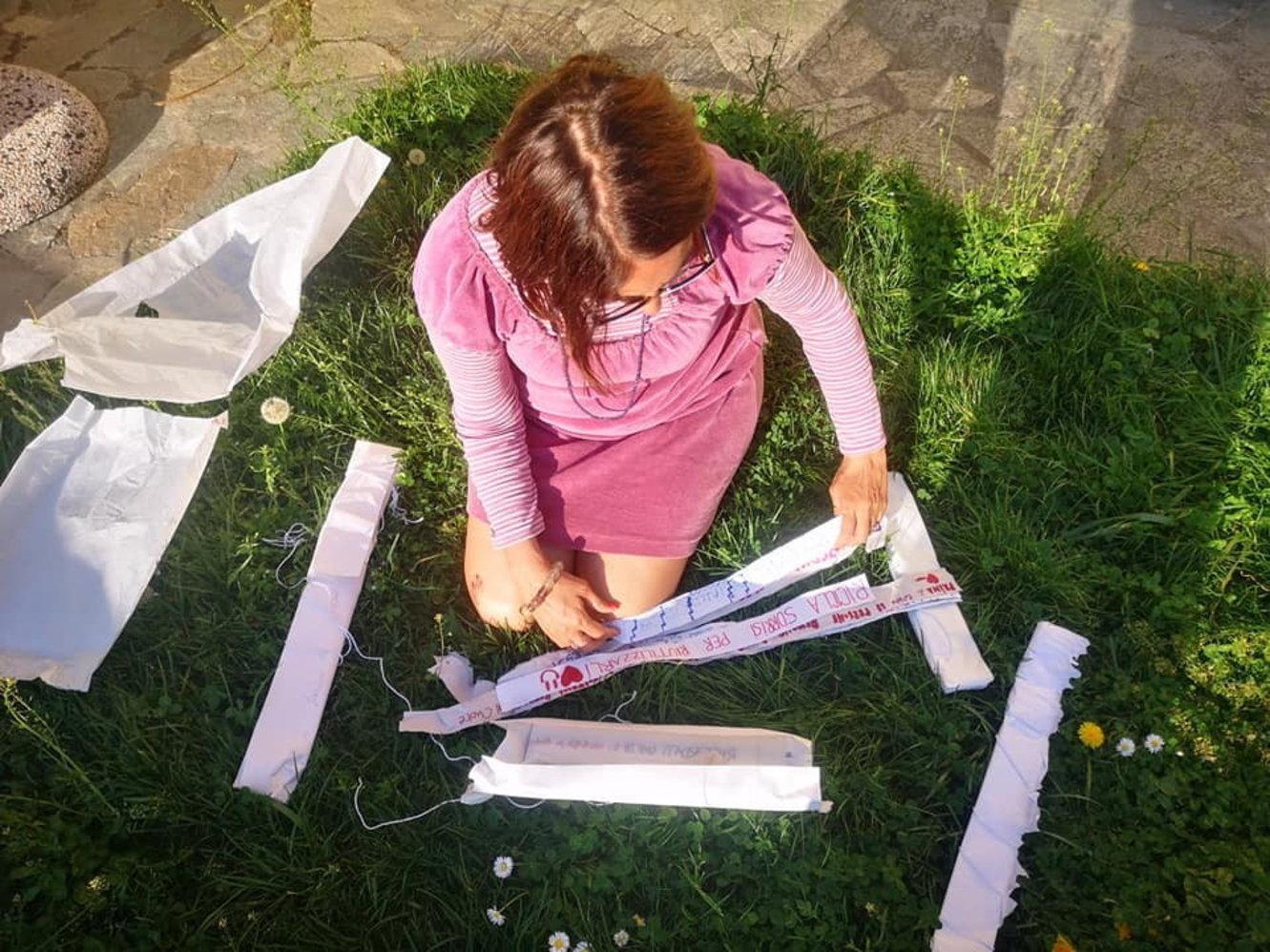 Strisce di tessuto di scarto con messaggi di felicità: dalla Ligurial'arte che