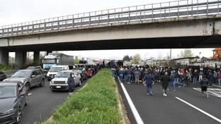 Covid, ambulanti bloccano l'autostrada Caserta-Napoli