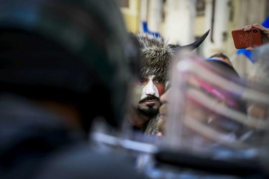 Proteste anti restrizioni a Montecitorio: spunta anche il sosia dello sciamano Jake Angeli