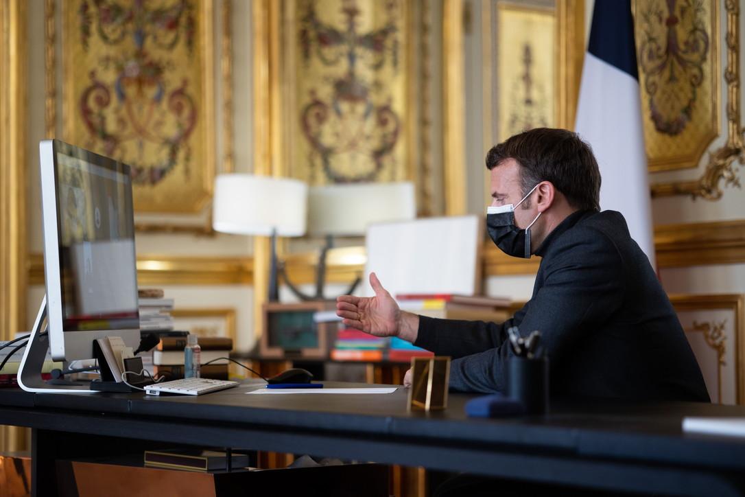 Parigi, Macron in Dad: a lezione di storia con gli studenti delle medie