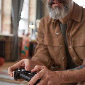 Un italiano su quattro sfrutta Internet per i videogiochi: boom tra gli over 65
