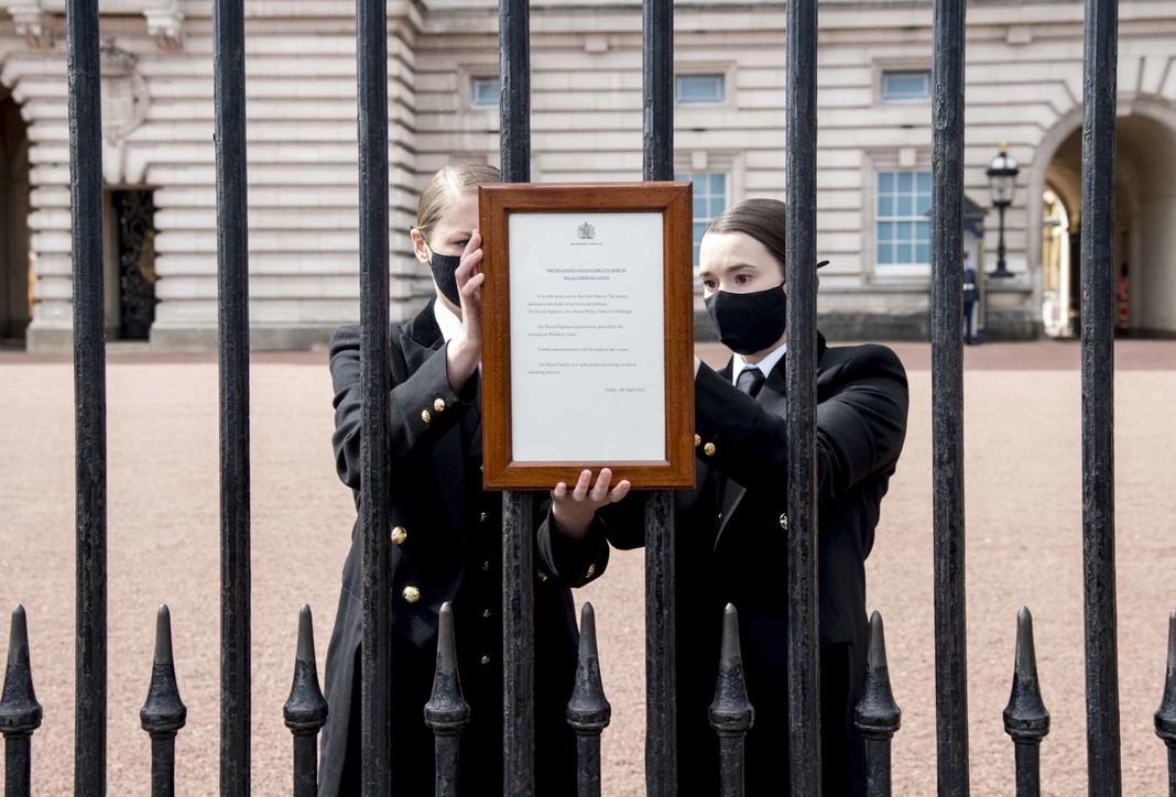 Londra,l'annuncio della morte del principe Filippo affisso sul cancello di Buckingham Palace
