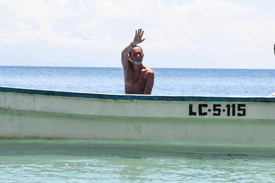 """Isola dei Famosi"", Beppe Braida saluta i naufraghi e torna in Italia"