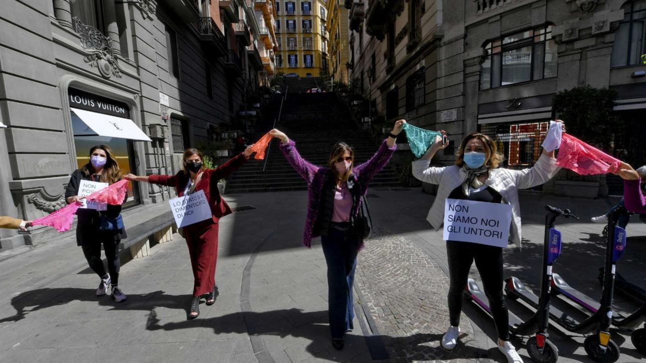 """Napoli, protesta dei commercianti contro la zona rossa: """"Flash mob delle mutande per riaprire tutti"""""""