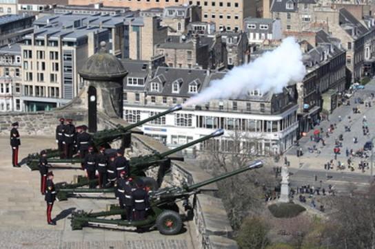 Addio a Filippo, spari a salve di cannone nel Regno Unito per celebrare la memoria del Duca di Edimburgo