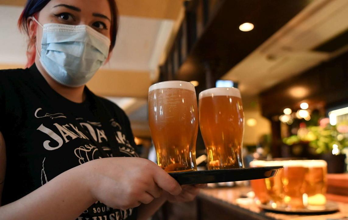 Il Regno Unito riapre: i pub pieni di clienti, file davanti ai negozi