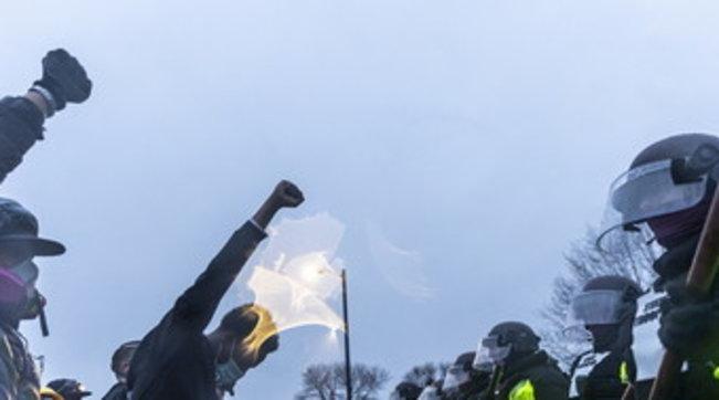 Afroamericano ucciso a Minneapolis, un'altra notte di tensione e proteste: scontri con le forze dell'ordine