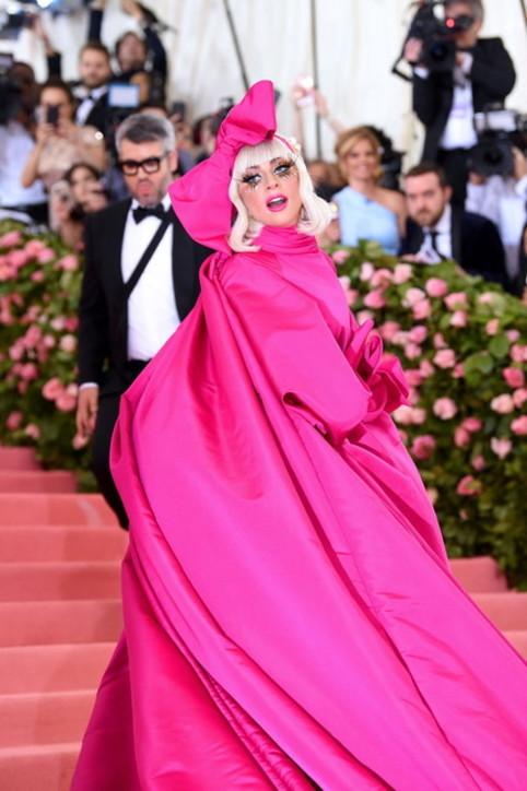 Met Gala, i look esagerati (e divertenti) di Lady Gaga nel 2019