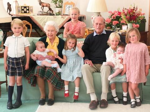 Morte di Filippo, Buckingham Palace pubblica un ricordo di Kate: lo scatto della Regina e consorte con 7 pronipoti