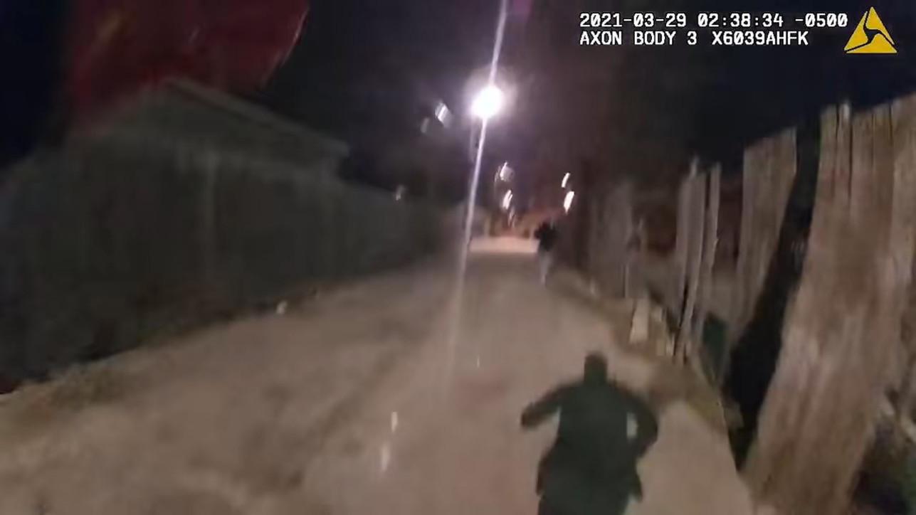 Chicago, agente spara a tredicenne con le mani alzate