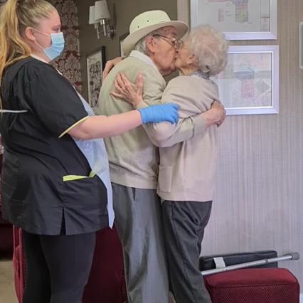 Covid GB, ancianos separados por la epidemia: se encuentran a los 8 meses