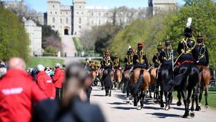 Addio a Filippo, fuori dal castello di Windsor l'omaggio dei sudditi