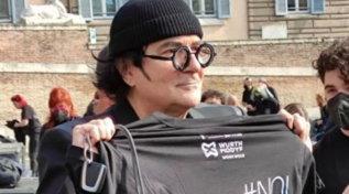 Bauli in piazza, a Roma flashmob dei lavoratori dello spettacolo | La solidarietà di Renato Zero
