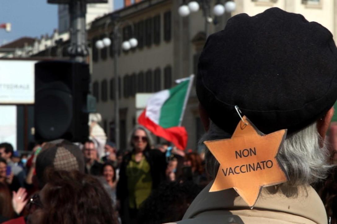 Covid, in piazza Duomo a Milano centinaia di No Vax senza mascherina