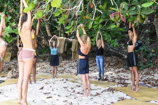 """""""L'Isola dei Famosi 2021"""", in attesa della puntata i naufraghi si dedicano allo yoga"""