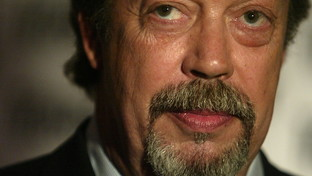 "I 75 anni di Tim Curry, mitico Frank-N-Furter del ""Rocky Horror Picture Show"""