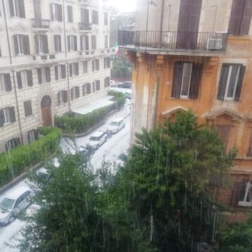 Maltempo, Roma imbiancata... dalla grandine