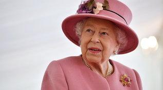 I 95 anni della regina Elisabetta: collane e spille per mandare messaggi