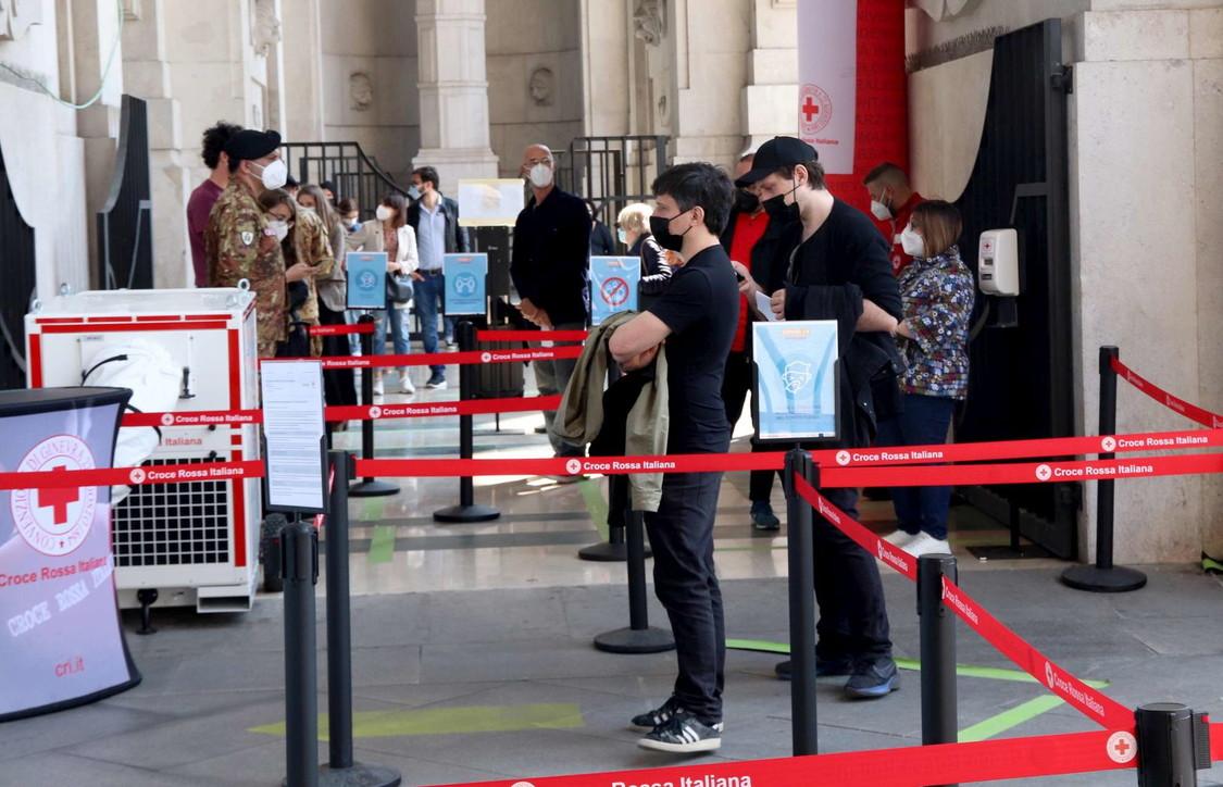 Milano, code in stazione Centrale per il tampone gratuito