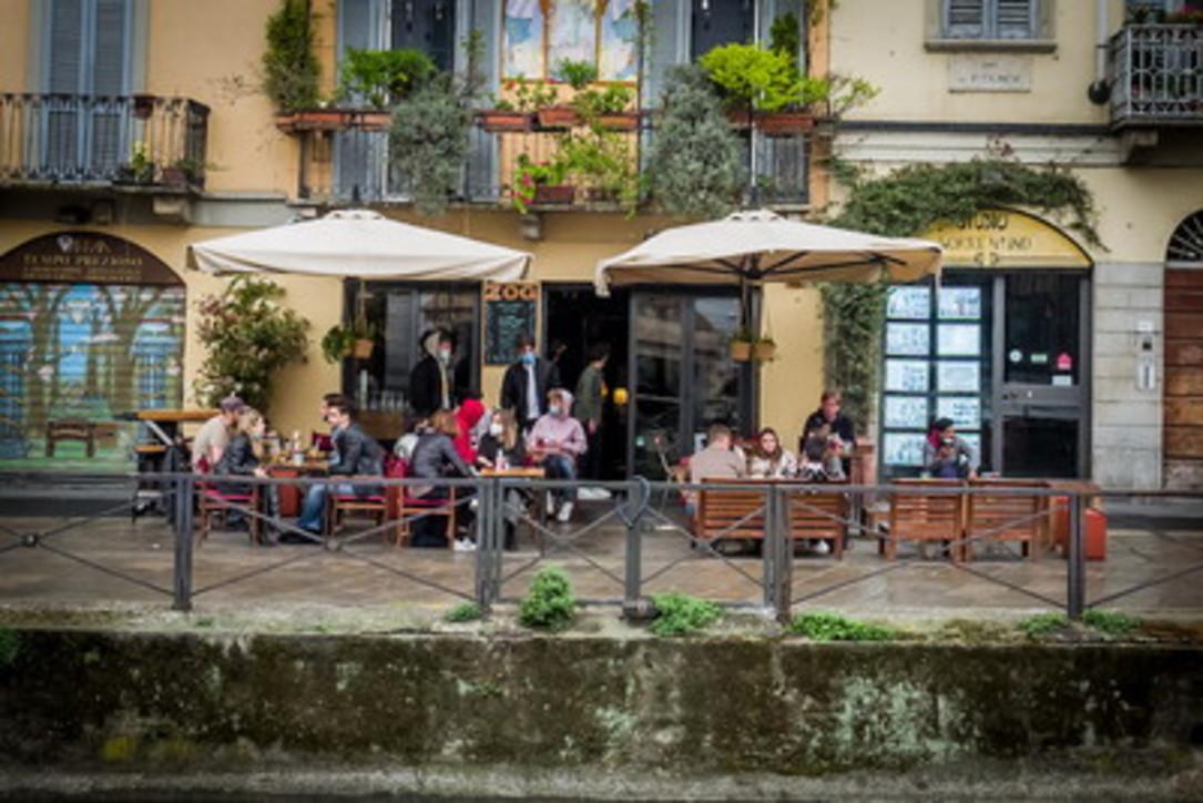 Covid, è zona gialla: a Milano, Roma e Napoli si torna a sedersi a bar e ristoranti