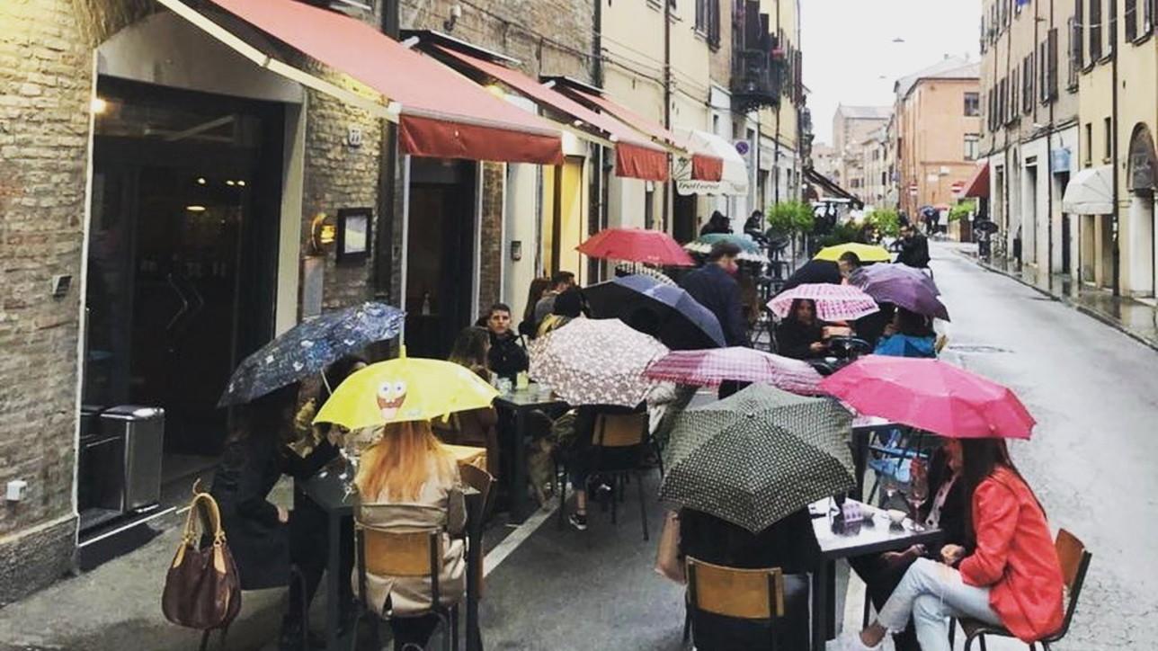 Ferrara, a cena sotto l'ombrello nonostante la pioggia battente