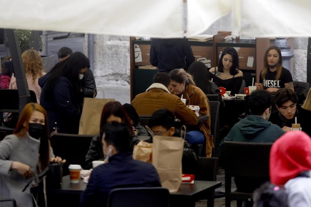 Milano, in tantia pranzo fuori nonostante la pioggia: tutto esaurito negli spazi all'aperto di bar e ristoranti