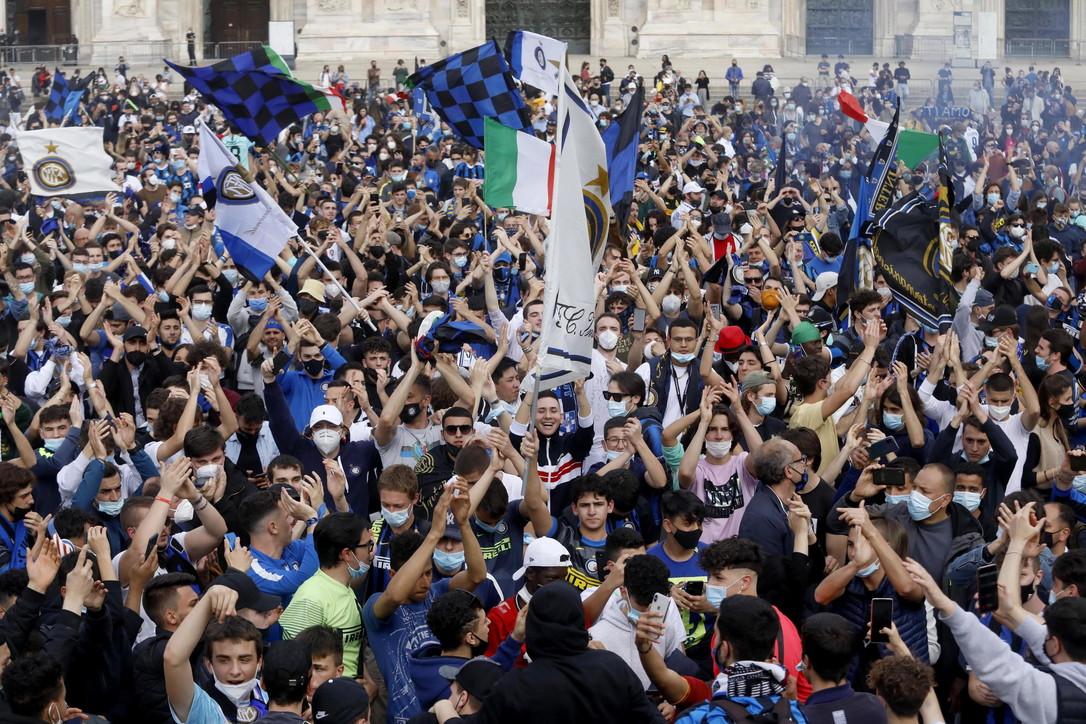 Scudetto Inter, l'assalto dei tifosi al Duomo per i festeggiamenti