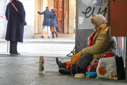 """Milano, fa dichiarare morta la sorella per l'eredità ma lei era solo una clochard: tornata """"viva"""" grazie ai passanti"""