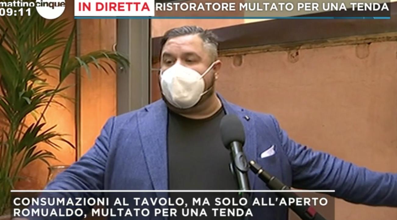 Firenze, ristoratore tira una tenda per proteggere i clienti dalla pioggia: multato