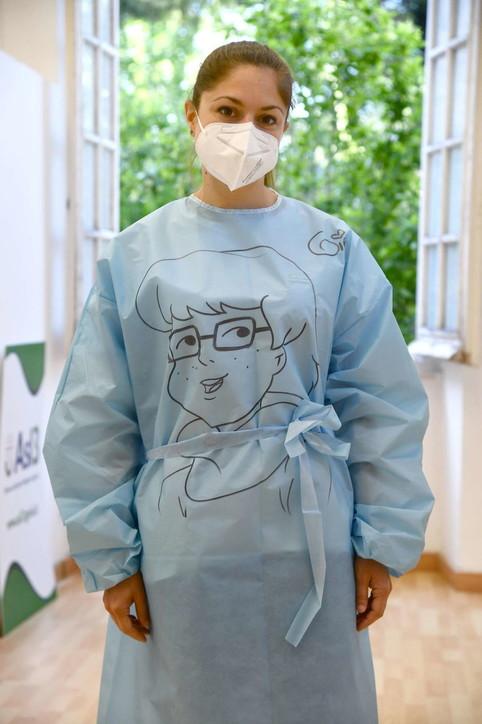 Genova,una Oss si inventa i cartoons da camici per accogliere i pazienti