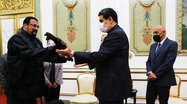 Steven Seagal incontra Maduro a Caracas... e lo omaggia con una katana