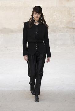 Moda, Chanel Cruise 2021 2022: i look della sfilata a Parigi