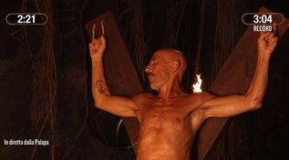 """""""L'Isola dei Famosi"""", Roberto Ciufoli affronta la prova del fuoco e vince un piatto di pasta"""