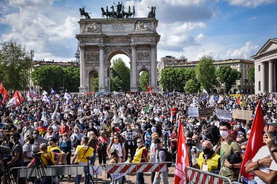 Milano in piazza per il Ddl Zan: manifestazione all'Arco della Pace