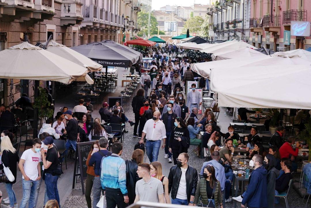 Sabato in zona gialla a Milano: Navigli invasi dai ragazzi