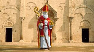 """Bari, il San Nicola fatto di Lego """"è troppo bianco"""": polemica sulla statua del Santo"""
